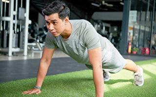 伏地挺身又稱俯臥撐,是一種負重訓練,能鍛鍊全身肌肉,有多種好處。(Shutterstock)