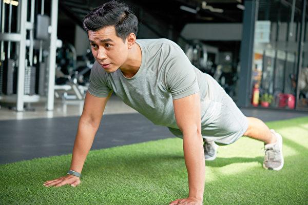 伏地挺身又称俯卧撑,是一种负重训练,能锻炼全身肌肉,有多种好处。(Shutterstock)