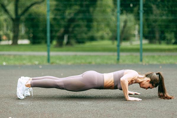 伏地挺身动作之二:伏下身时,身体保持一条直线。(Shutterstock)