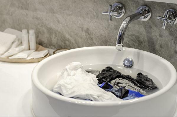 可能帶有病毒的衣服和物品在水中持續煮沸,是殺死新型冠狀病毒最簡單有效的方法。(Shutterstock)