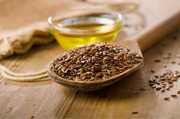 亚麻籽、亚麻籽油含木酚素,能防治摄护腺肥大。(Shutterstock)