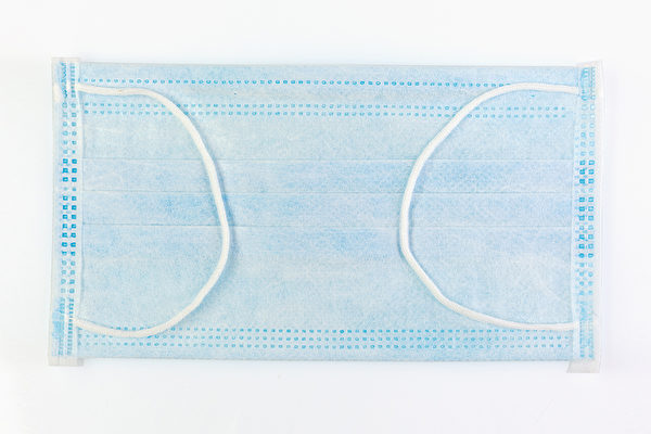 一般醫用外科口罩分為3層,從外層到內層分別具有防撥水、過濾、吸濕的功效。因此,自製口罩的材料也應盡量滿足這些功能需求。(Shutterstock)