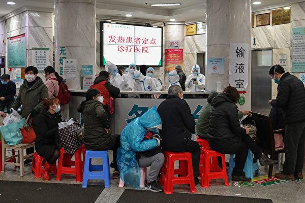 2020年1月24日,在武漢市紅十字會醫院,人們在排隊等待就診。(Hector RETAMAL/AFP)