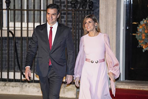 西班牙政府周六宣佈,西班牙總理桑切斯(Pedro Sanchez)的妻子對武漢新型冠狀病毒的檢測呈陽性反應。圖為總理夫婦。(Niklas HALLE'N/AFP)