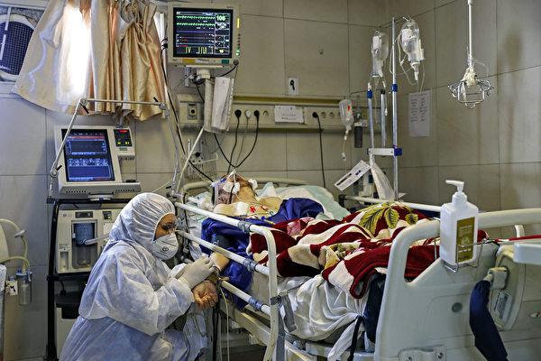 圖為一家伊朗醫院治療中共肺炎患者。(KOOSHA MAHSHID FALAHI/MIZAN NEWS AGENCY/AFP)