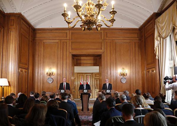 英國首相鮑里斯·約翰遜(中)與英國政府首席醫學顧問克里斯·惠蒂(Chris Whitty,左)和英國政府首席科學顧問帕特里克·倫斯(Patrick Vallance,右)於3月3日,在倫敦唐寧街10號舉行了新聞發佈會,公佈2020年政府應對抗擊中共病毒的措施計劃。 (Photo by Frank Augstein/POOL/AFP)