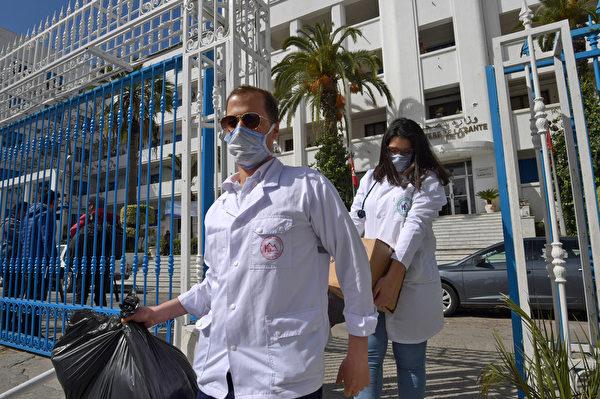 突尼斯本阿盧斯州的急診醫生和護士經過培訓,能夠處理中共病毒病例,他們於2020年3月3日收集了物資後離開首都突尼斯的衛生部辦公地點。(FETHI BELAID/AFP)