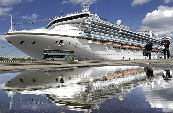 P&O的「至尊公主號」是世界上最大的郵輪之一,於2004年5月24日在聖彼得堡港口停靠。「至尊公主號」,以4.5億美元的價格在意大利建造,是有史以來最大的郵輪。 (STRINGER / INTERPRESS / AFP)
