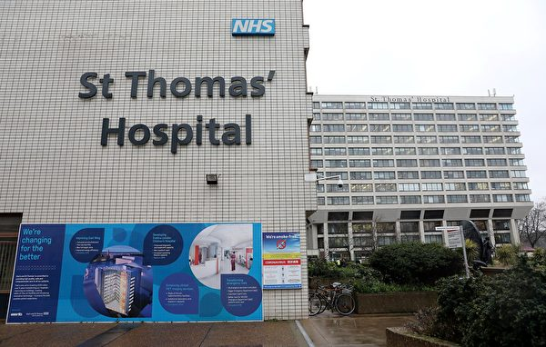 2020年3月5日,倫敦聖托馬斯醫院。指示牌指示患者前往NHS 111中共病毒臨時病房。周四,英國確診的中共病毒例增加至115例。由於擔心中共病毒疫情爆發,最新的詹姆斯·邦德電影的全球發行已推遲。疫情還導致航空旅行的需求不足,英國地區航空公司弗萊比(Flybe)已於3月5日停止營運。(Photo by ISABEL INFANTES/AFP)