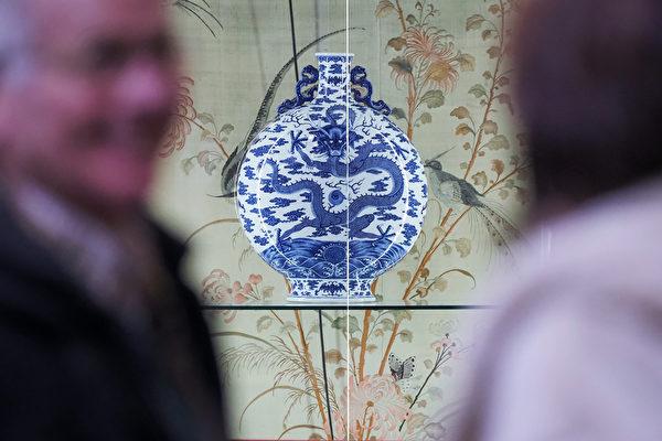3月7日,在法国中部城市布尔日(Bourges)的一次拍卖会上,一个乾隆青花瓷宝月瓶,以410万欧元的高价拍卖给一个中国买家。(Guillaume SOUVANT / AFP)