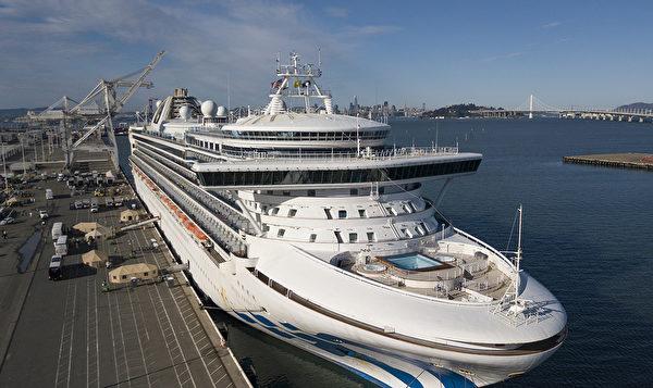 2020年3月10日,停靠在加利福尼亞州奧克蘭港的至尊公主號遊輪上部份乘客下船,醫務人員幫助他們上車。至尊公主號海上漂浮了幾天後,終於抵達三藩市灣,於2020年3月9日停靠在奧克蘭港。3,500多名乘客和機組人員中,有21例確認感染中共肺炎。美國副總統邁克・彭斯說,受到感染的乘客「將得到適當隔離治療。」 (Photo by Josh Edelson/AFP)