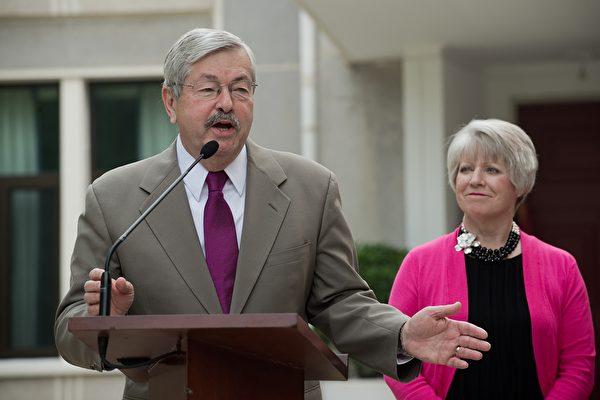 圖(左)為美國駐華大使特里・布蘭斯塔德(Terry Branstad)資料照。(NICOLAS ASFOURI/AFP)