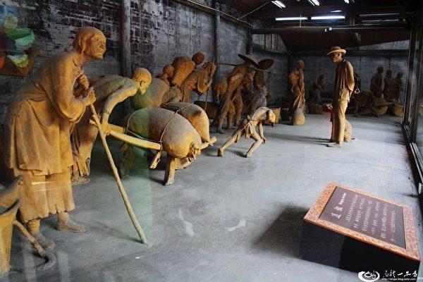 1965年初,中共在大邑縣劉文彩地主莊園陳列館的泥塑《收租院》。(網絡圖片)
