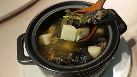 魚腥草養生雞湯。