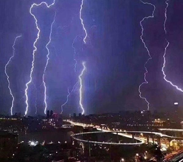 3月25日凌晨,閃電劃過重慶主城。(微博網友圖片)