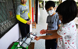 台小学生创酒精消毒机器人防疫 获外媒青睐