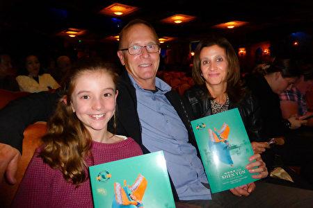 律師行老闆Sarma Rumbachs與丈夫Wayne Rumbachs及女兒Caitlyn Rumbachs一同觀賞了神韻藝術團的演出。(袁麗/大紀元)