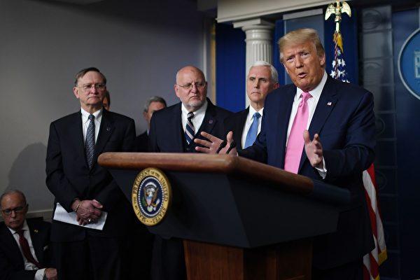 圖為2月26日,特朗普總統在疫情新聞發佈會上講話。(ERIC BARADAT/AFP via Getty Images)