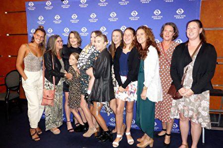 3月14日下午,專業舞蹈演員Darci O'Rourke(左一)與家人一行12人一起觀看了神韻藝術團的演出。(袁麗/大紀元)