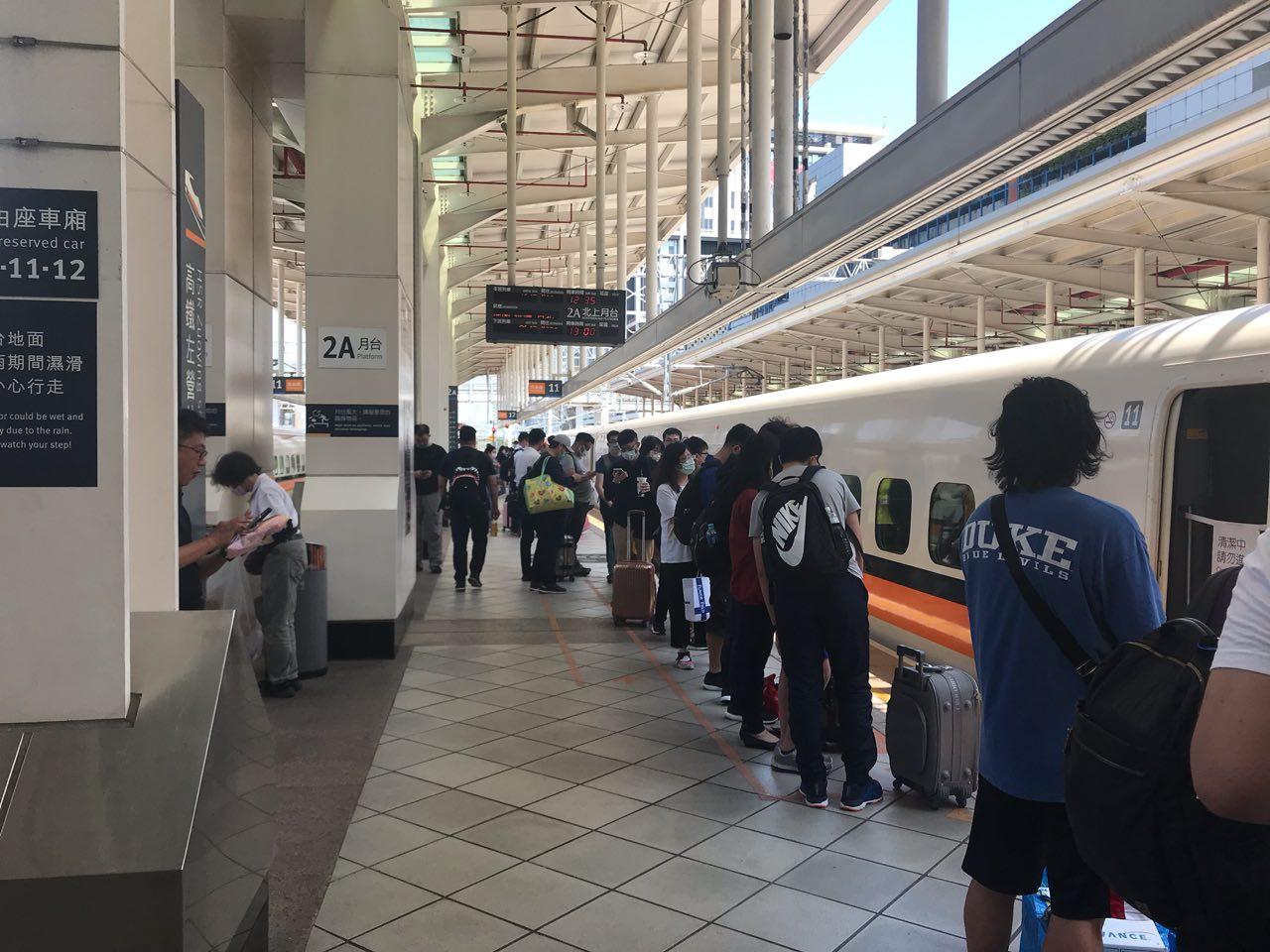 防範中共肺炎 台灣高鐵啟用額溫槍 體溫量測儀