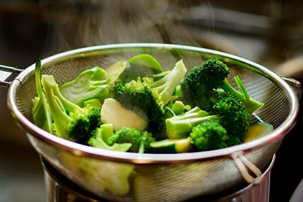 花椰菜和青花菜中除了花青素、维生素C易因烹煮而流失,其它营养较不受高温影响。(Shutterstock)