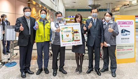"""桃园市长郑文灿赠蛋宝生技公司生产的""""日式熬鸡精浓缩胶囊""""给予桃园国际机场防疫车队,为其打气加油。"""