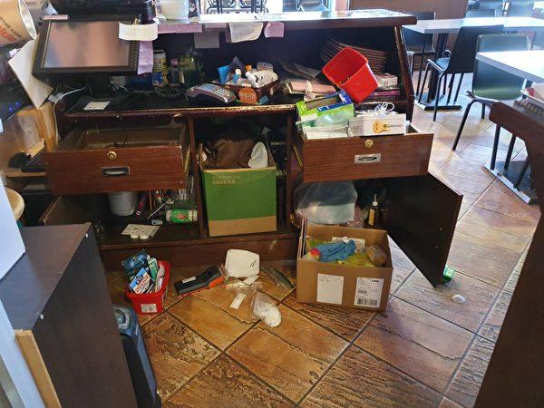 图:本拿比一餐馆遭到爆窃,造成门锁损坏,店内被打劫。(大纪元图片)