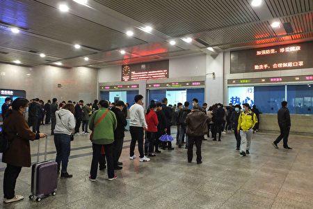 圖為解除封城當天,排隊買火車票的中國民眾。
