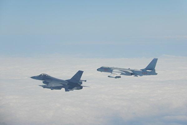 圖為2020年2月9日中共軍機越過台海中線,台灣國軍F-16戰機(左)則緊急起飛監控伴飛。(台灣國防部提供)