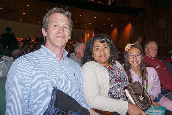 2020年2月29日下午,商業分析師Matthew Boyce與太太、女兒在美國雷諾先鋒藝術中心觀賞了神韻北美藝術團的演出。(文燁/大紀元)