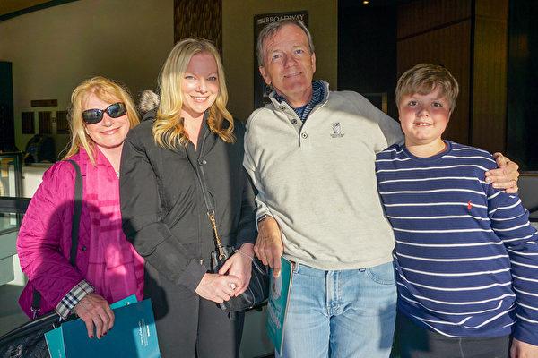 2020年2月29日下午,在美國雷諾先鋒藝術中心,首席執行官Bill Niemi與太太Beth Niemi和家人一道觀賞了神韻北美藝術團的精彩演出。(林南宇/大紀元)