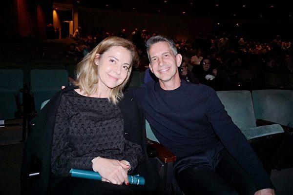 2020年2月29日晚上,美國一家知名國防企業的高級主管Steven Kennel與妻子Ana Kennel,觀賞了神韻演出。(文燁/大紀元)