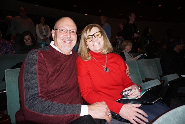 2020年2月29日晚,美國海軍項目經理Joe Slatkovsky 與夫人,觀賞了神韻北美藝術團在雷諾先鋒藝術中心(Pioneer Center for the performing Arts)的第三場演出。(林南宇/大紀元)