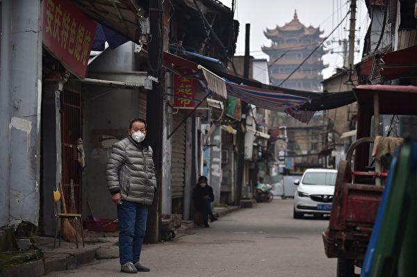 2020年2月27日,湖北省武漢市,民眾紛紛紛戴上口罩。(STR/AFP via Getty Images)