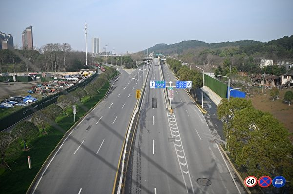 2020年3月4日,湖北武漢,公路上來往車輛稀少。(NOEL CELIS/AFP via Getty Images)