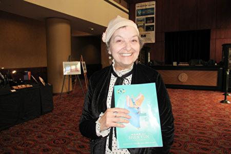 2020年3月4日下午,作家Gail Rae-Garwood女士觀看了神韻北美藝術團在美國鳳凰城奧芬劇院的第一場演出。(姜麗/大紀元)