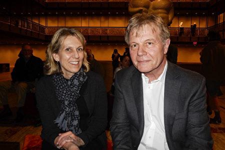 2020年3月6日,律師事務所合夥人Christopher Woods(右)和太太Sarah Woods(左)在紐約市林肯中心大衛寇克劇院欣賞神韻環球藝術團的第二場演出。(衛泳/大紀元)