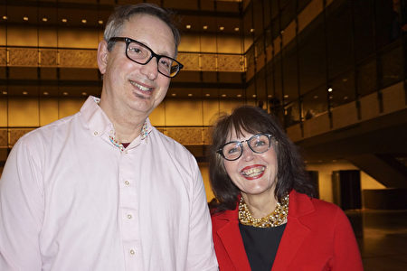 2020年3月6日晚,專利律師Andy Berks和心理治療師Deloria Berks夫婦觀賞神韻環球藝術團在紐約大衛寇克劇院的第二場演出。(林南宇/大紀元)