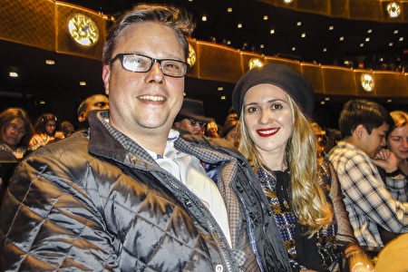 2020年3月6日晚,紐約市旅館業銷售總監Darren Skomorowsky和太太Prani Kromi觀看美國神韻環球藝術團在紐約市林肯中心大衛寇克劇院的第二場演出。(滕冬育/大紀元)