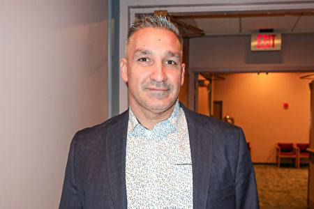 2020年3月6日晚,貿易商Joe Pope觀看了神韻紐約藝術團在美國芝加哥南郊大學園的第二場演出。(唐明鏡/大紀元)
