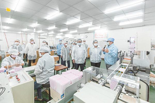 中華民國總統蔡英文在易廷企業創辦人李輝雄等人陪同下,參觀口罩廠房,聽取新裝機台介紹。(總統府)