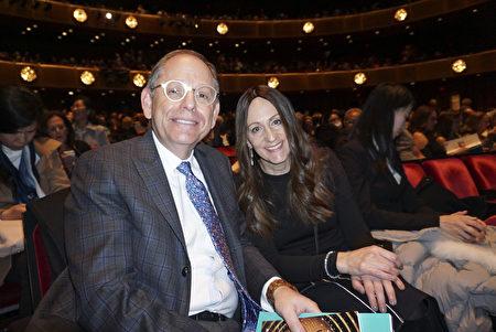 2020年3月11日下午,紐約室內設計師Caren Pardovitch和友人Jay Aaron觀賞了神韻藝術團在寇克劇院的第六場演出。(林南宇/大紀元)