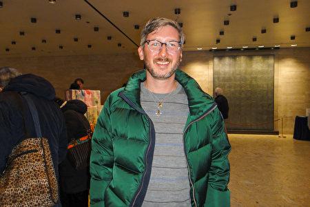 2020年3月11日晚,美國時尚品牌Tory Burch的資深服裝工藝設計師兼運動女裝設計師Dustin Mcswane先生觀賞了神韻藝術團在紐約的第七場演出。(滕冬育/大紀元)