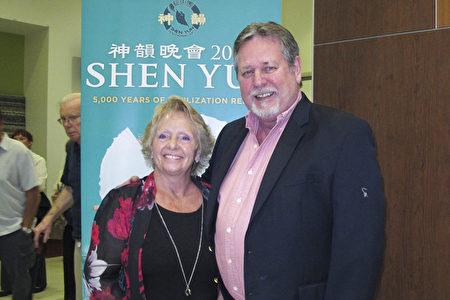 2020年3月13日晚,銷售經理Tim Bock先生跟女伴Debby Chamberlain在美國威尼斯觀看神韻演出。(麥蕾/大紀元)