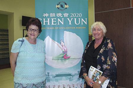 2020年3月13日晚,神韻粉絲Cleo Graden(右)邀請加拿大朋友Jo-Ann McInnis(左)到美國威尼斯看神韻演出。(麥蕾/大紀元)