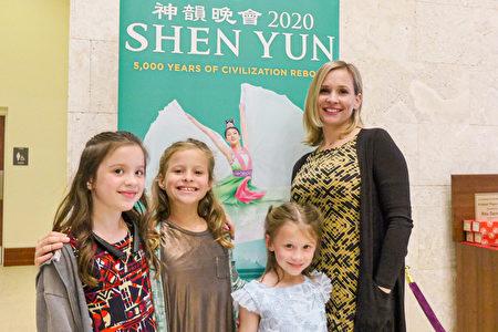 2020年3月13日晚,公司老闆Cyrena Douglass和她的孩子們一起觀看神韻藝術團在威尼斯的第一場演出。(林達/大紀元)