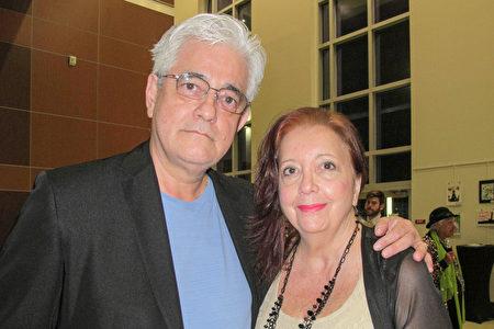 保險公司高級項目經理Fernando Angell和資深旅遊顧問Angell太太,於2020年3月14日晚在美國威尼斯表演藝術中心觀看神韻。(麥蕾/大紀元)