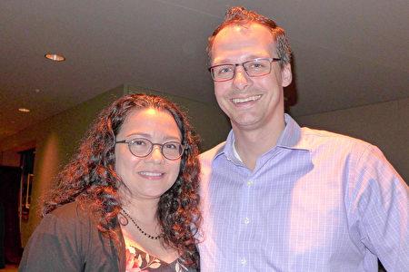 2020年3月14日晚,IT主管Kevin Wright先生和Cathy Bernal女士在佛羅里達威尼斯表演藝術中心觀看了神韻在當地的第三場演出。(林達/大紀元)