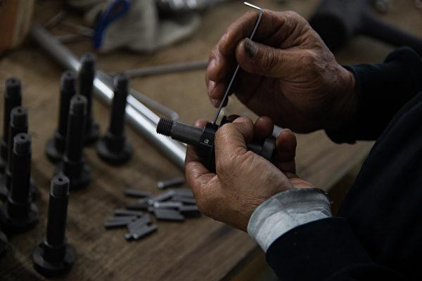 工程技師投入口罩機台組裝,常需要徒手組裝複雜的零組件。(中央社)