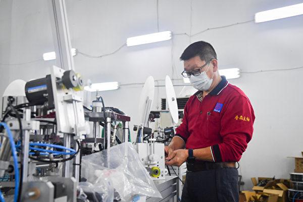 普森精密主軸工業公司廠長陳宇旭支援口罩機生產,與工具機同業合作,不但從年輕技術者身上學到更新的知識,同時也將自己數十年的經驗傳承給年輕人。(中央社)